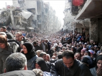 Yarmouk residents gathered to await a food distribution from UNRWA in January 2014. (© UNRWA Archives)